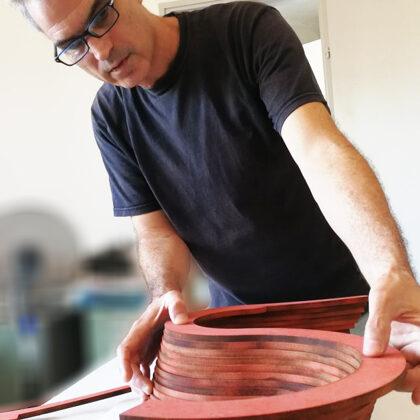 אודי קרמסקי מרכיב את גוף גביע כן, ע' סול- התקופה הכאלקוליתית
