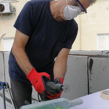 אודי קרמסקי חותך בקבוקי זכוכית בתהליך חיתוך מאתגר